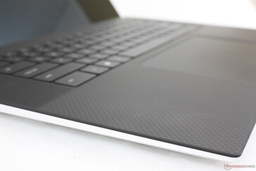 Familiar carbon fiber palm rests as on the XPS 15 and XPS 13. The white fiberglass option, however, is not available
