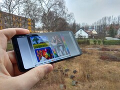 Using the LG G7 Fit outdoors with reflections onscreen